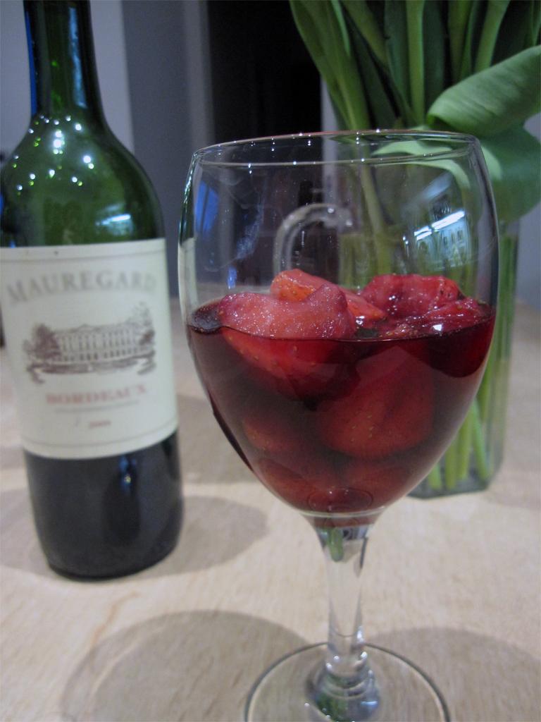 fraises poch es au vin rouge legumes et chocolat. Black Bedroom Furniture Sets. Home Design Ideas